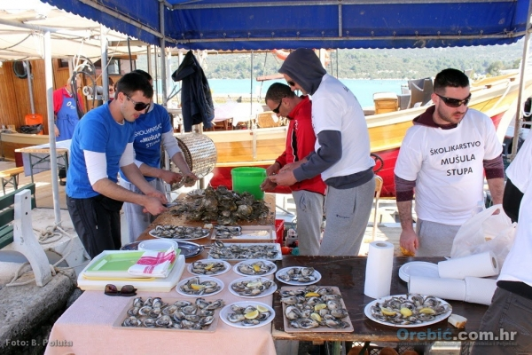 Fresh oysters offered on the boat